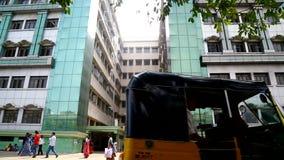 寻找药物治疗的患者等待在政府医院大厦之外在金奈,印度 影视素材