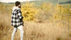 寻找齿轮和寻找衣物 野生生物狩猎 股票录像