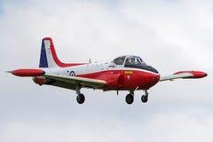 寻找P-84喷气机大学学院长T的前英国皇家空军皇家空军 3A G-BVEZ喷气机在登陆皇家空军的方法的教练机Waddington 免版税库存图片