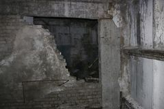 导弹力量老被毁坏的军事基地在爆炸以后的与在wo和防空洞投掷的指挥所 免版税库存图片