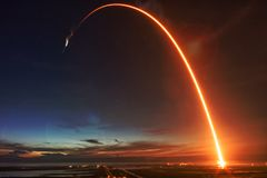 导弹发射在晚上 库存照片