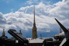 导弹发射装置和教会尖顶在背景 库存图片