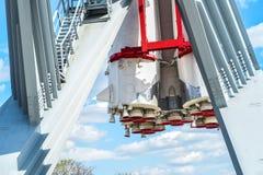 导弹引擎第一步太空火箭 关闭 在天空背景 库存图片