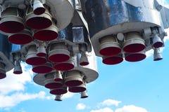 导弹引擎第一步太空火箭 关闭 在天空背景 免版税库存图片