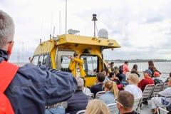 导游在船上对并且通知游人演讲纽约水出租汽车 免版税库存照片