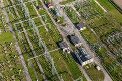 以导线为特色的电子分站的空中图象,变换 免版税图库摄影