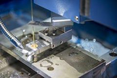 导线切割机的超级钻过程 库存照片