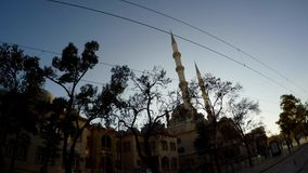 导线和尖塔古老土耳其城市的中央街道的 影视素材