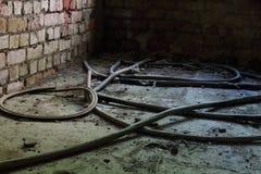 导线和水管在地板上 免版税库存照片