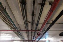 导线和管子在天花板 库存图片