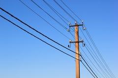 导线和输电线绝缘体在一根电子杆 免版税库存图片