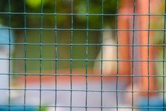 导线庭院篱芭,绿色背景 免版税库存图片