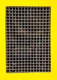 导线金属网边界黄色背景 免版税库存照片