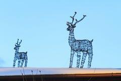 导线驯鹿装饰新年的屋顶 免版税库存图片