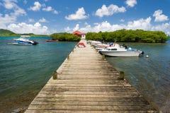 导致一个小海岛的木浮船在马提尼克岛,加勒比 免版税库存图片