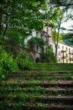 导致一个老被放弃的房子的一个青苔隐蔽的楼梯 鬼城矿工煤炭特克瓦尔切利 阿布哈兹 免版税库存照片