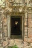 导致下落的岩石的石寺庙门道入口 库存照片