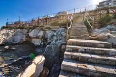 导致从一个多岩石的海滩入口的步 免版税图库摄影