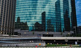 导致从芝加哥Riverwalk的舷梯对瓦克驱动,以在摩天大楼的反射为特色,步行者悠闲使用轻拍 库存图片