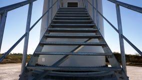 导致入一台大工业风轮机的金属台阶 图库摄影