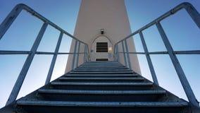 导致入一台大工业风轮机的金属台阶 库存照片