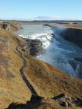 导致古佛斯瀑布金黄瀑布的小径在冰岛 免版税库存图片