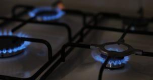 导致在厨灶的天然气,4台燃烧器 影视素材