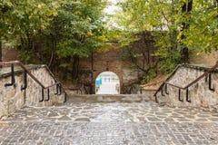 导致在城市墙壁的走道的步在锡比乌市在罗马尼亚 免版税库存图片
