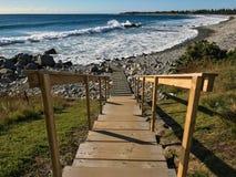 导致大西洋的木楼梯在大浪 免版税库存照片