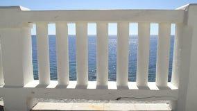 导致完善的蓝色海和海滩的白色台阶 与经典白色楼梯栏杆和空的大阳台的夏天视图 影视素材