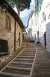 导致对La Rocca,阿西西的狭窄的街道 免版税库存图片