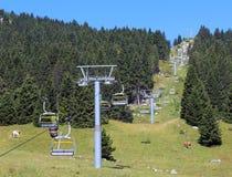 导致山的上面的升降椅 免版税库存照片