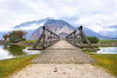 导致山的木桥 免版税图库摄影