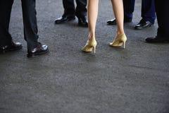 导致您有时想要某事稍微装饰 在鞋子的女性和男性腿 在事务的人的腿 免版税图库摄影