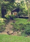 导致房子的一个美丽如画的楼梯在越南的密林 免版税库存图片