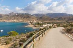 导致托尔de圣埃伦娜La Azohia小山的穆尔西亚西班牙的海岸道路,在村庄上 免版税库存照片