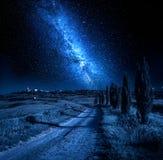导致有星的皮恩扎的乡下公路在晚上 库存照片