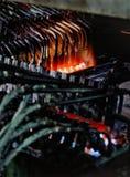 导致有融解的工厂设备多根多头管火炬点燃 免版税库存照片