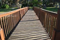 导致柳树公园的木桥 免版税库存照片