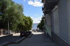 导致江边的城市道路在一个温暖的夏日 免版税库存照片
