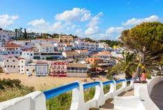 导致沙滩围拢由典型的白色房子, Carvoeiro,阿尔加威,葡萄牙的台阶 库存图片