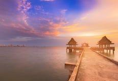 导致沿海的步行道路在日落地平线以后 库存图片
