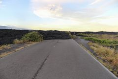 导致海岸的高速公路的末端阻拦由黑熔岩 免版税库存图片