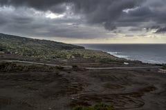 导致火山的faial海岛的离开的海岸的一个白色房子的路 图库摄影