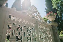 导致王子岛群的修造的庭院,伊斯坦布尔,土耳其的透雕细工白色门 免版税库存图片