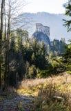 导致皇家城堡- Hrad Likava的废墟的足迹 免版税库存图片