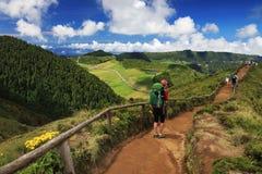 导致绿色和蓝色湖,圣地米格尔海岛的足迹的游人 库存图片
