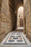 导致苏丹Barquq清真寺,老开罗,埃及庭院的走廊  免版税库存照片
