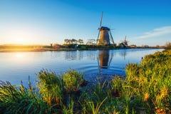 导致荷兰风车的路从运河在鹿特丹 荷兰 免版税图库摄影