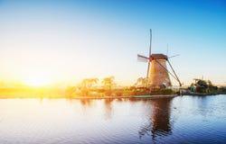 导致荷兰风车的路从运河在鹿特丹 荷兰 免版税库存照片